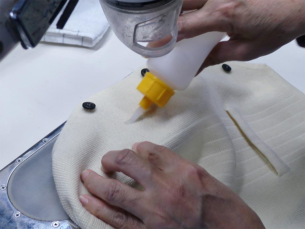 フタバクリーニング 特殊しみ抜き加工 作業中